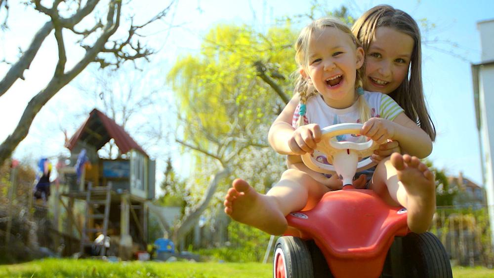 Fröhliche im Garten spielende Kinder im neuen Imagefilm für Dessau-Rosslau.